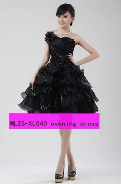 Пышное черное платье по колено